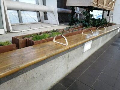 さいたま新都心駅改札外のベンチ